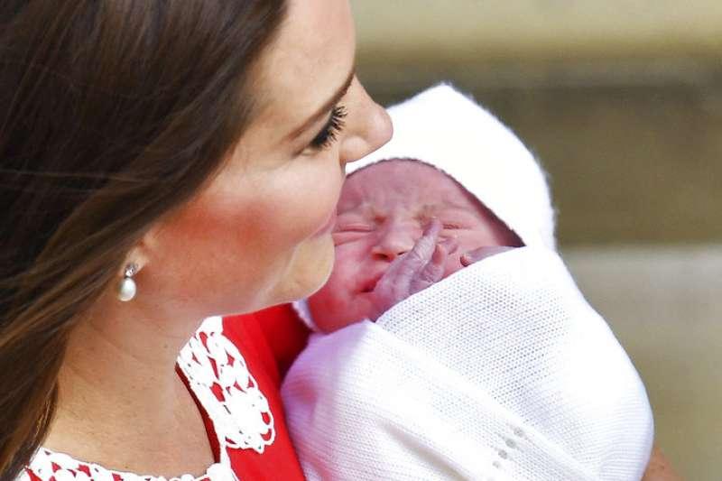 凱特王妃跟剛剛出生的小王子。(美聯社)