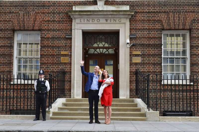 威廉王子、凱特王妃跟剛剛出生的小王子首次公開亮相。(美聯社)
