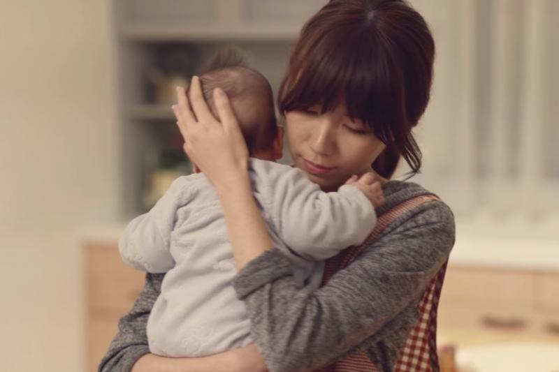 研究發現,父親照顧孩子時,有較多幸福感;反之,母親則會產生更多憂鬱症狀。(圖/馨力陽家族 @youtube)