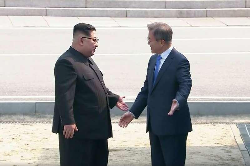 金正恩邀文在寅踏入北韓土地的瞬間。(翻攝網路)