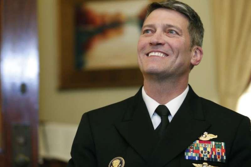 被川普提名為退伍軍人事務部部長的白宮醫師、海軍少將羅尼・傑克遜在國會會晤參議院退伍軍人事務委員會主席約翰尼・艾薩克森參議員。(美聯社)