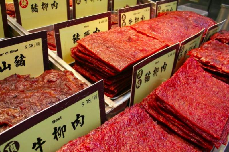 牛肉乾調味重,早期為降低成本,業者在牛肉乾中使用豬肉混充。目前依據食品衛生管理法第17條規定,包裝牛肉乾食品必須誠實標示食品原產地及牛肉原料來源國,北市衛生局近3年的抽查只有1件不合格,顯示掺混情況少,建議消費者選擇有信譽、有品牌的廠商購買。(圖/食力foodNEXT提供)
