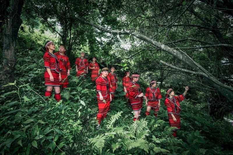 楊文逸等數十名年輕職業攝影師,為偏鄉孩子義拍畢業紀念冊。(楊文逸提供)