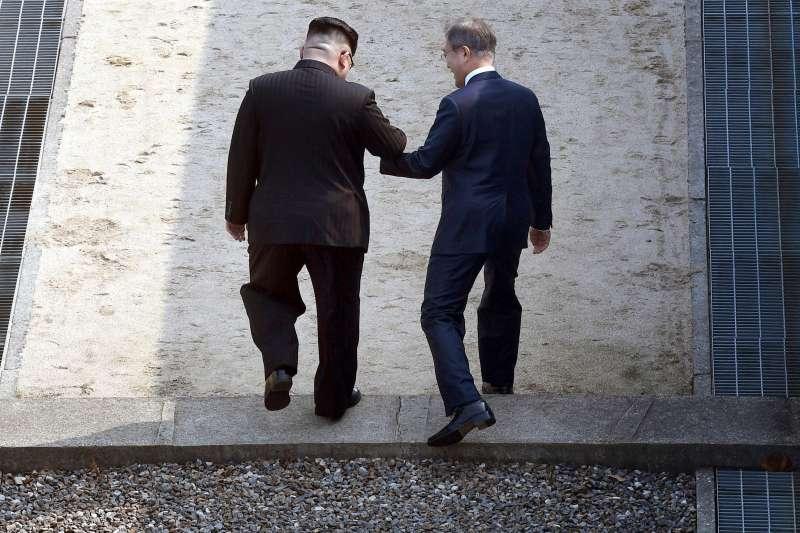 20180227- 金正恩與文在寅在板門店跨越三十八度停戰線,進入北韓。(美聯社)