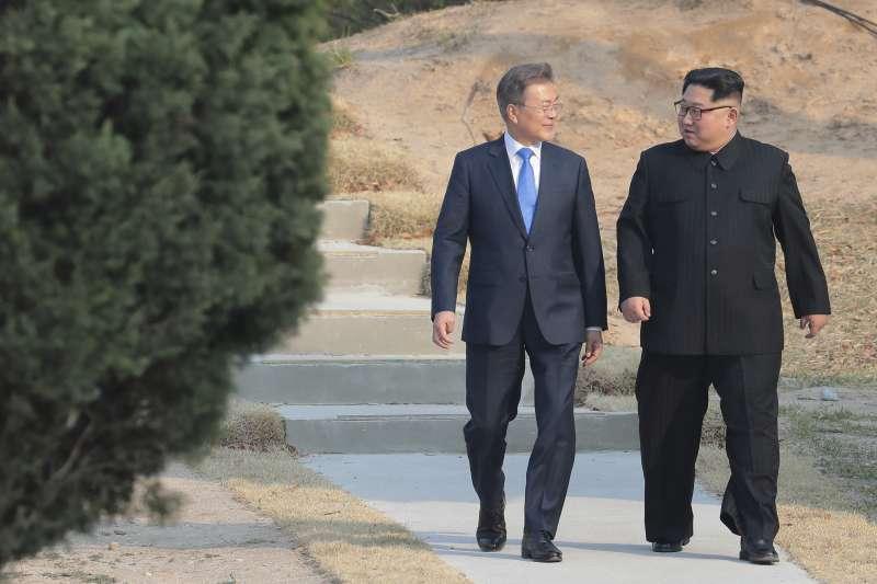 板門店峰會,文在寅和金正恩種下松樹後,並肩聊天。(美聯社)