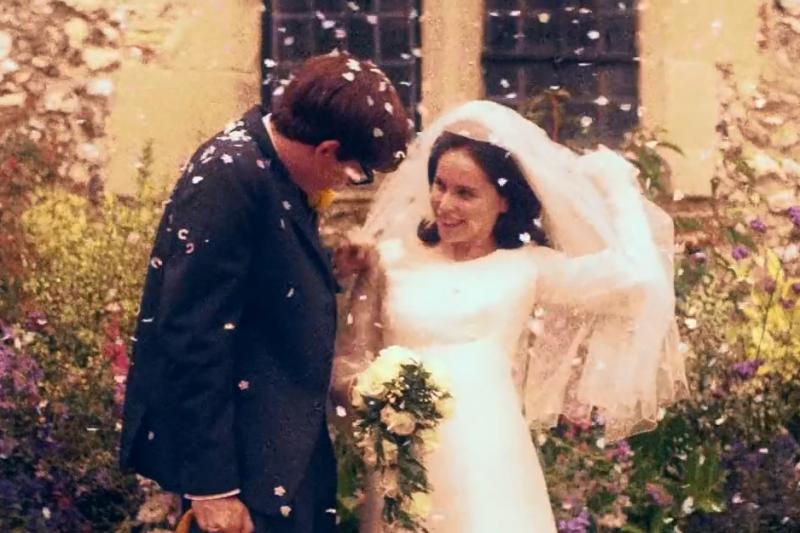 電影《愛的萬物論》描述霍金和第一任妻子在劍橋相識,而他被診斷出患有漸凍人症,兩人仍決心長相廝守,克服一切困境。(圖/翻攝自youtube)