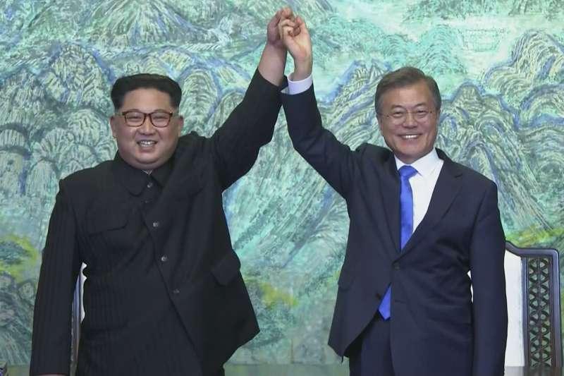 2018年4月27日,文在寅和金正恩在和平之家簽署聯合宣言後握手。(美聯社)