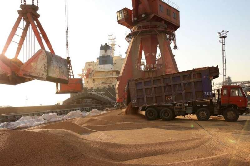江蘇南通一個港口正在裝卸進口大豆的車輛。(美國之音)