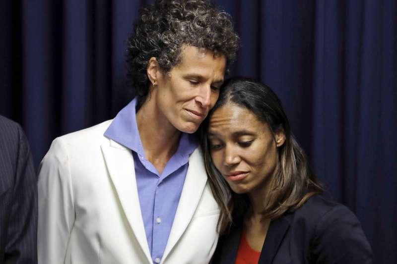 「天才老爹」比爾寇斯比(Bill Cosby)性侵受害者康絲登(Andrea Constand,左)與檢察官(AP)