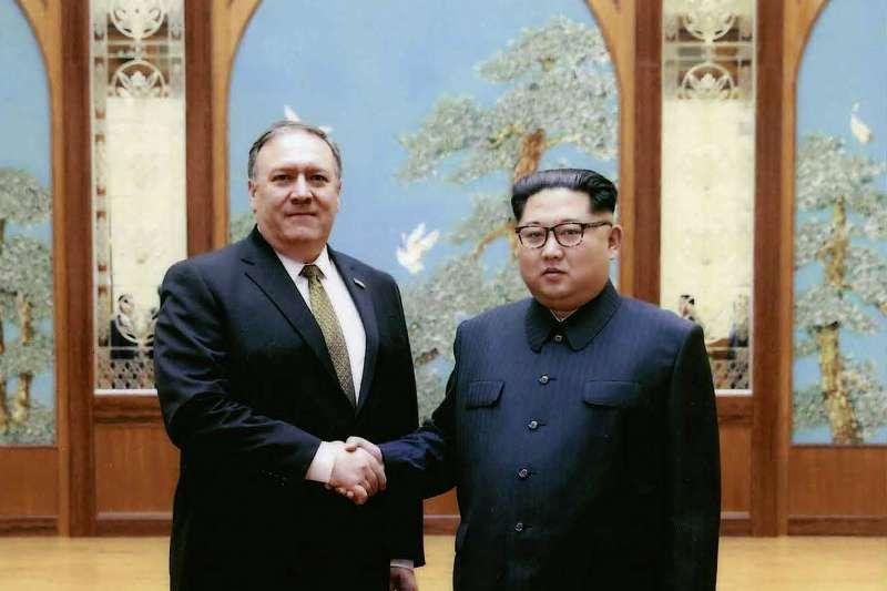 2018年4月初,美國中央情報局(CIA)局長龐畢歐(Mike Pompeo)訪問北韓首都平壤,會見金正恩並合影(AP)