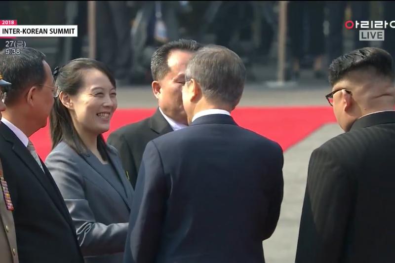 金正恩這趟出訪似乎沒帶上李雪主,唯一的隨行女性金與正與文在寅握手致意。(翻攝網路)