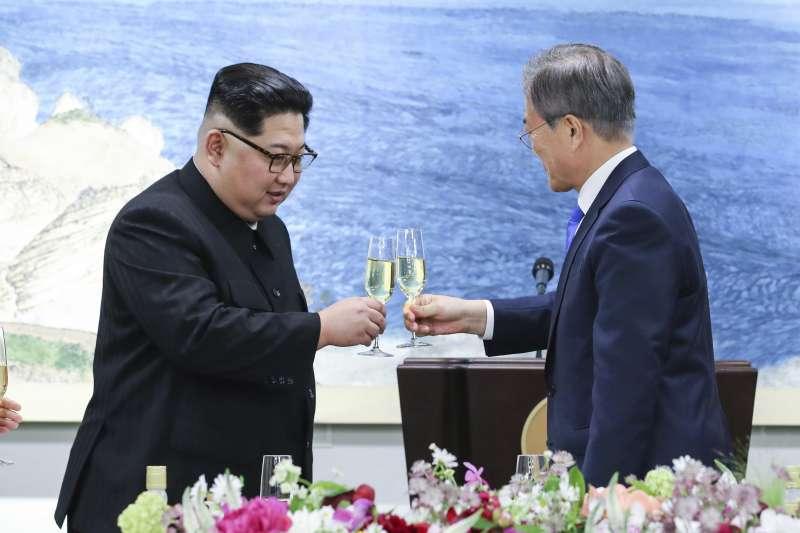 板門店峰會的歡迎晚宴上,南北韓的第一家庭互動熱絡。(美聯社)