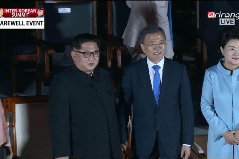 板門店峰會的歡送活動,南北韓的第一家庭ㄧ同欣賞表演。(截圖自YouTube)