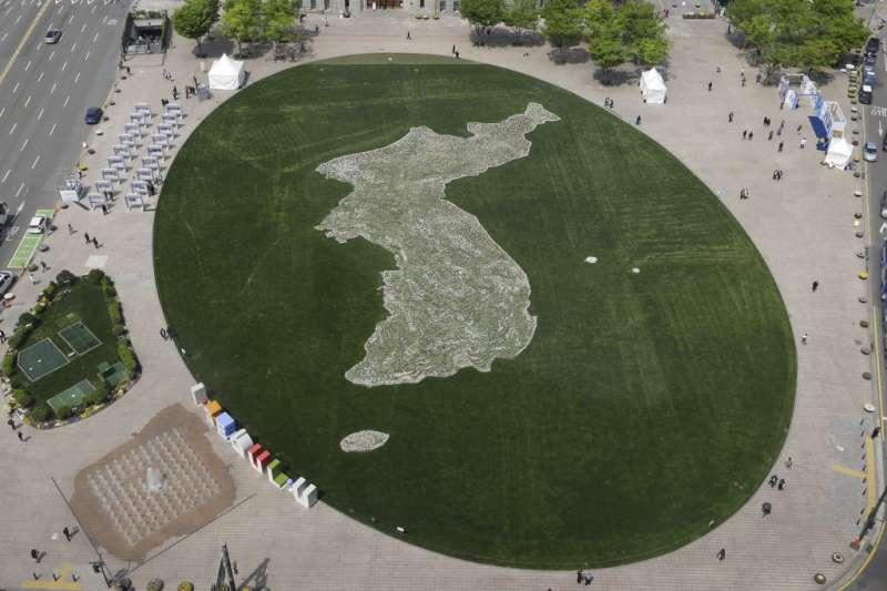 首爾市中心的廣場,一個展現朝鮮半島統一意象的草坪。(美聯社)