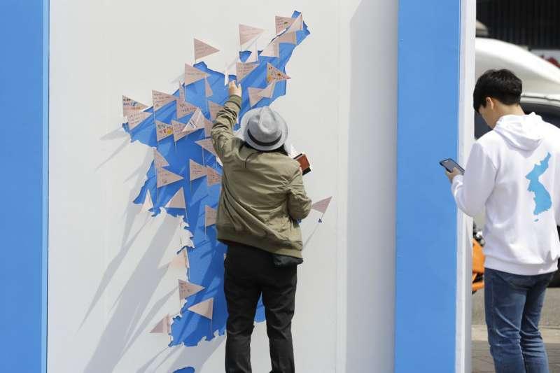 南韓民眾在首爾一處朝鮮半島地圖牆上,表達自己的和平意願。(美聯社)