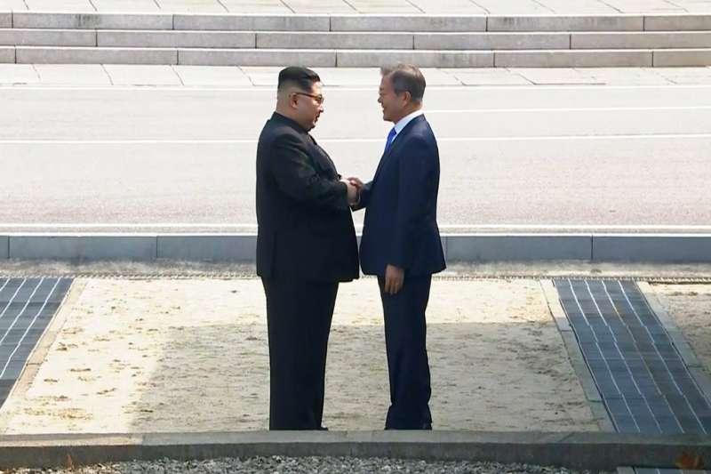 文在寅與金正恩在板門店握手。(美聯社)