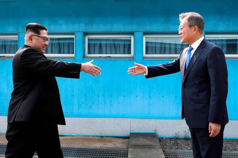 南韓總統文在寅和北韓領導人金正恩的世紀峰會27日在南韓交界的板門店舉行。(美聯社)