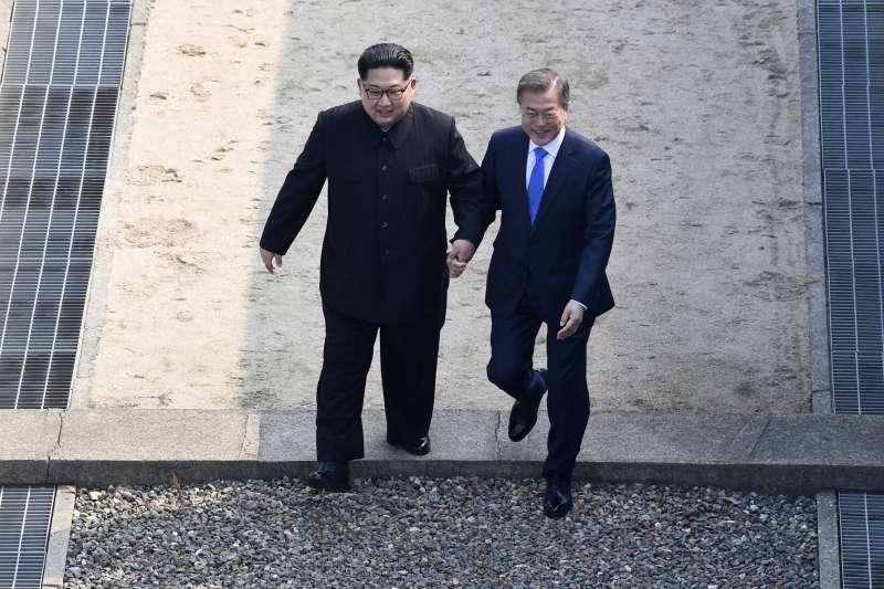 2018年4月27日,兩韓板門店峰會,金正恩跨越軍事分界線,文在寅在場見證。(美聯社)