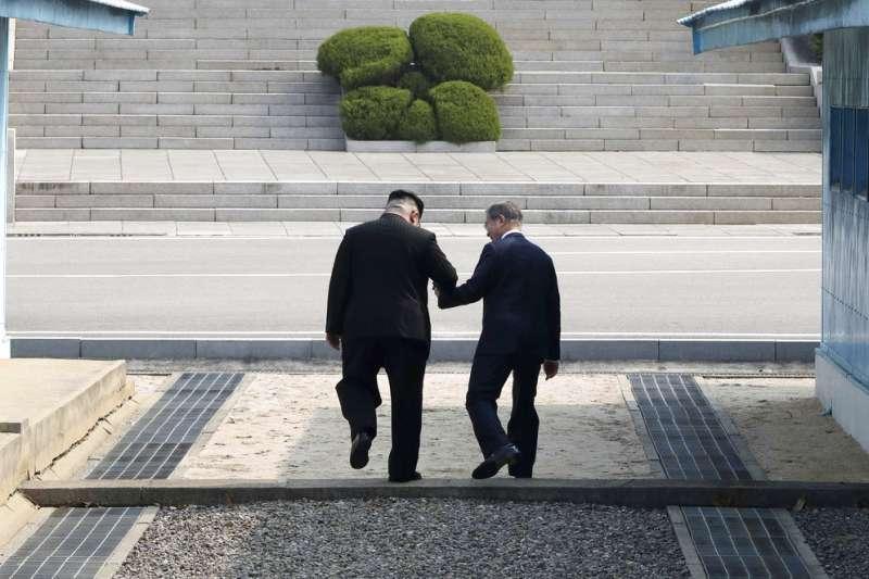金正恩與文在寅在板門店跨越三十八度停戰線,進入北韓。(美聯社)
