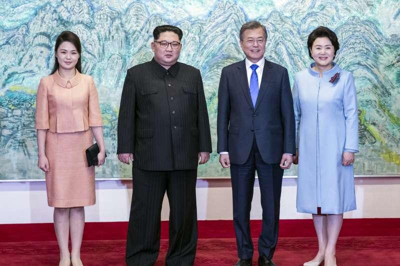 2018年4月27日,兩韓板門店峰會,金正恩與文在寅夫妻(AP)
