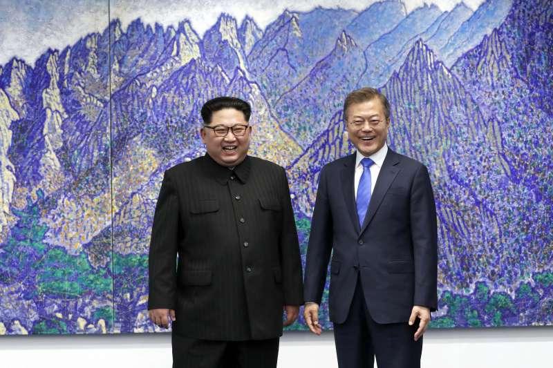 作者認為,當前元首高峰會談的內容,實際上並未觸及到朝核問題的核心,只是接觸、交往有助於緩和緊張的情勢。圖為兩韓板門店峰會,金正恩(左)與文在寅。(AP)