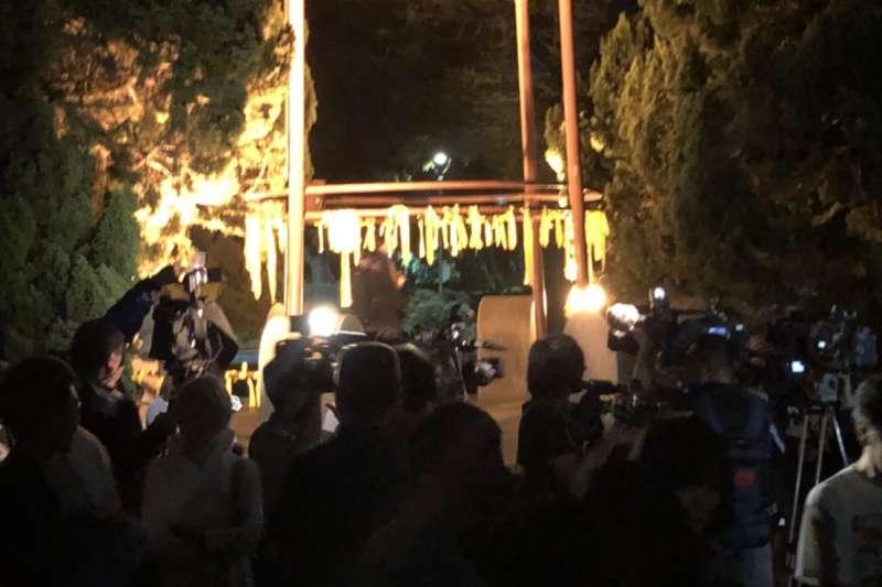 台大學生發起「綁黃絲帶挺管」活動,除了台大學生之外,許多民眾到場支持,台大地標「傅鐘」上掛滿聲援管中閔的黃絲帶。(讀者提供)