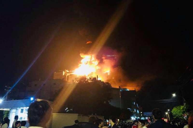 平鎮區工業二路的敬鵬工業廠房冒出黑煙並起火,傳出7消防員2移工失聯。(取自我是中壢人臉書)
