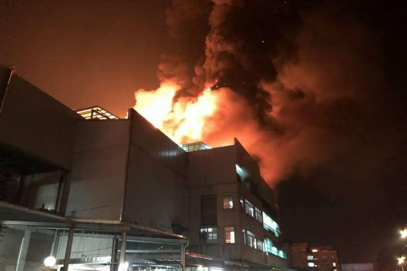 桃園平鎮敬鵬工廠昨(28)晚大火,已造成消防員5死2重傷。根據消防署統計資料指出,這也是逾11年來,消防人員在執勤中死亡人數次高事件。(取自「我是中壢人」臉書)