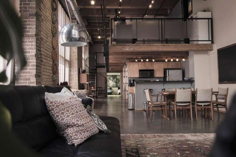 工業風在冷調中加入木質的溫暖,是很多人喜歡的室內裝潢風格。(示意圖/unsplash)