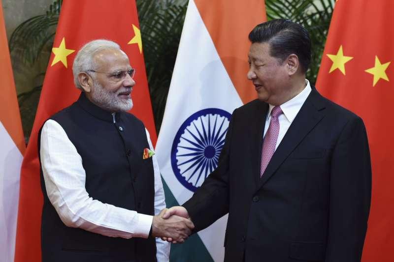印度的經濟成長率在莫迪(左)主政下,已超越習近平(右)的中國。(AP)