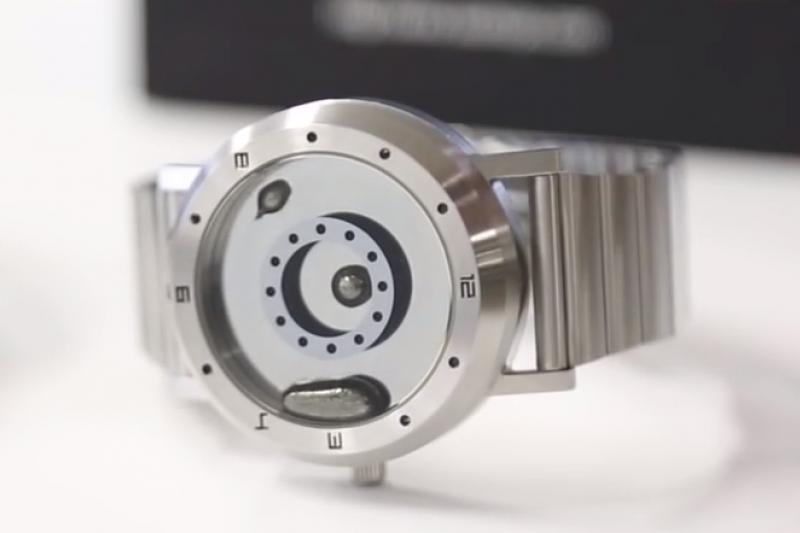 這款科幻風手錶,指針用液體金屬做成,滾來滾去看起來超療癒。(圖/翻攝自 YouTube)
