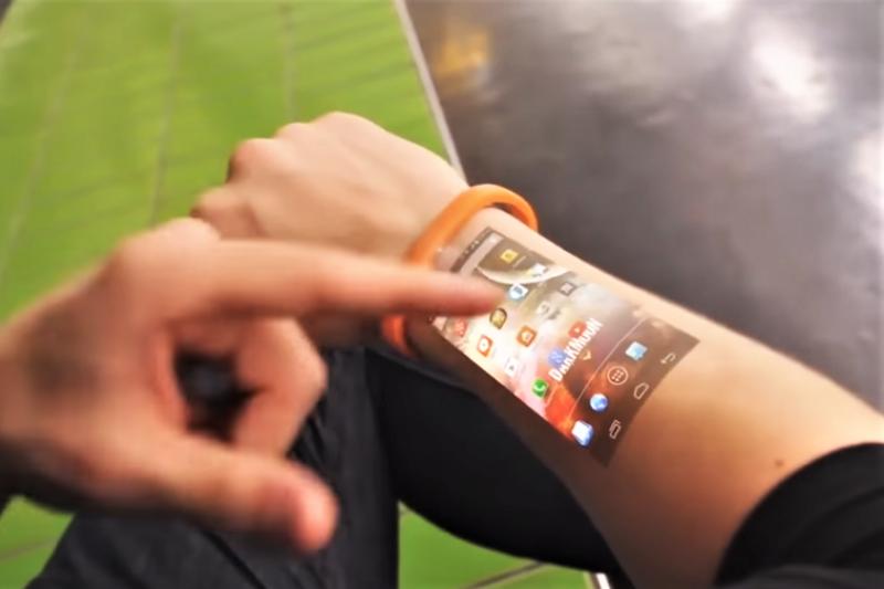 智慧手錶居然可將訊息投影在手臂上,激似電影《鐘點戰》的劇情設定。(圖/截自Youtube)