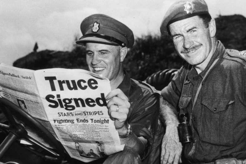 韓戰戰場上聯合國軍隊的加拿大軍隊指揮官埃拉德,正在閱讀1953年8月2日報上關於停火的新聞。(BBC中文網)
