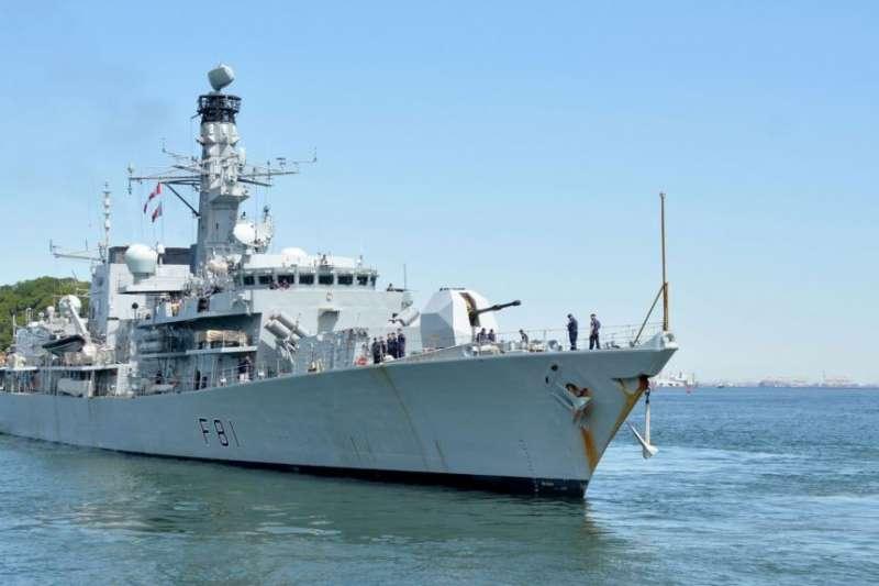 「薩瑟蘭」號護衛艦離開日本美國海軍基地。(美國海軍官網)