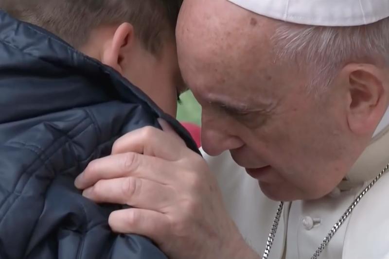 教宗方濟各與小男孩Emanuele