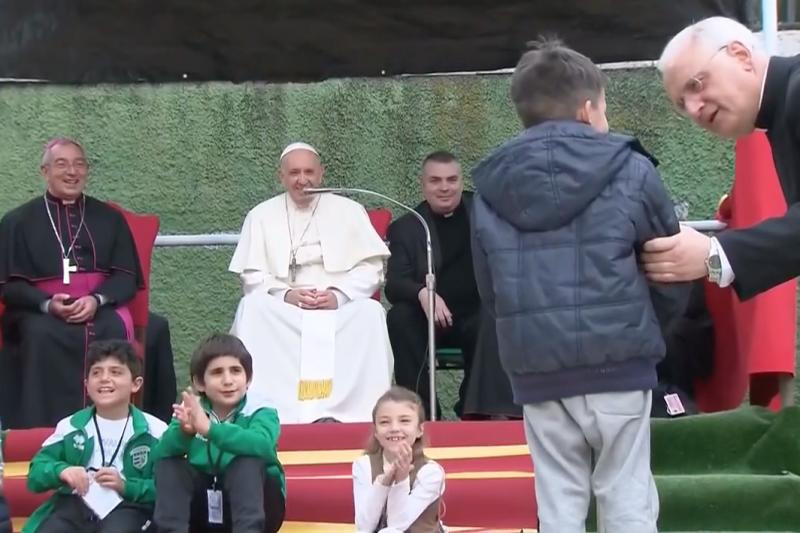小男孩Emanuele不敢在眾人面前提出問題。