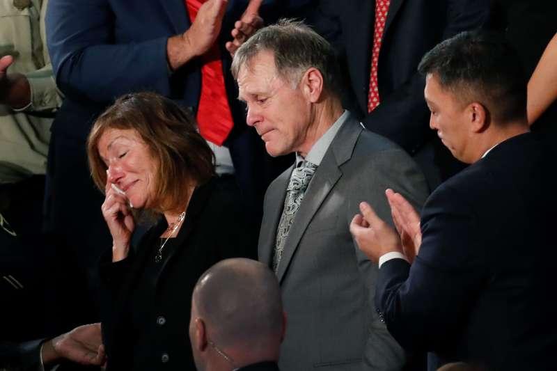 2018年1月30日,美國總統川普發表國情諮文,遭北韓迫害致死的瓦姆比爾(Otto Warmbier)父母受邀觀禮。(AP)