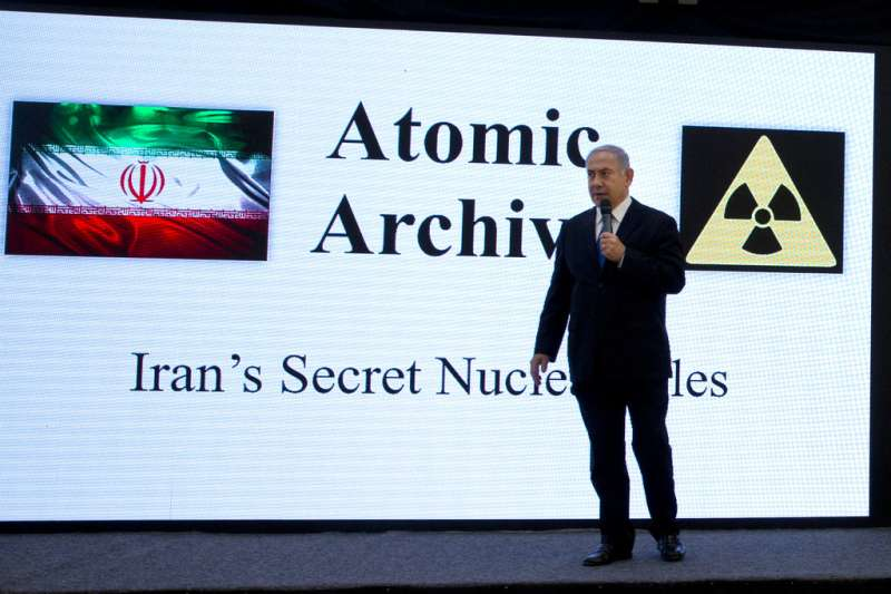 2018年4月30日,以色列總理納坦雅胡召開記者會,指控伊朗隱藏核武計畫。(AP)