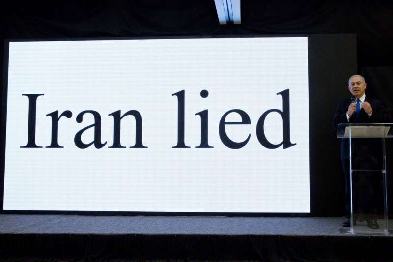 2018年4月30日,以色列總理納坦雅胡召開記者會,聲稱掌握伊朗過去發展核武的證據,投影幕上顯示「伊朗說謊」。(AP)