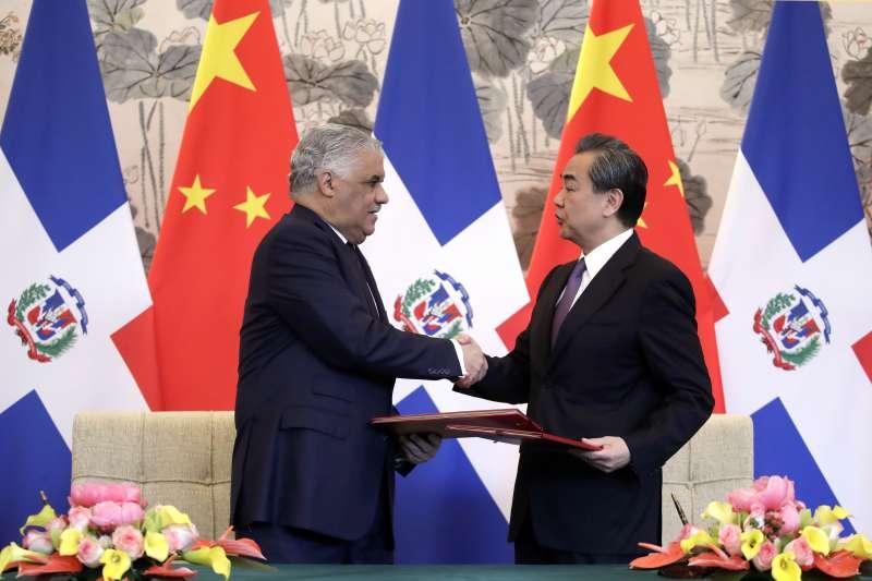 中國外長王毅與多明尼加外長巴爾加斯簽署建交公報。(資料照,美聯社)