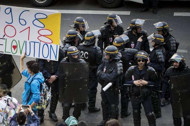 法國學生的示威,令人聯想起1968年的法國大規模騷亂。(BBC中文網)