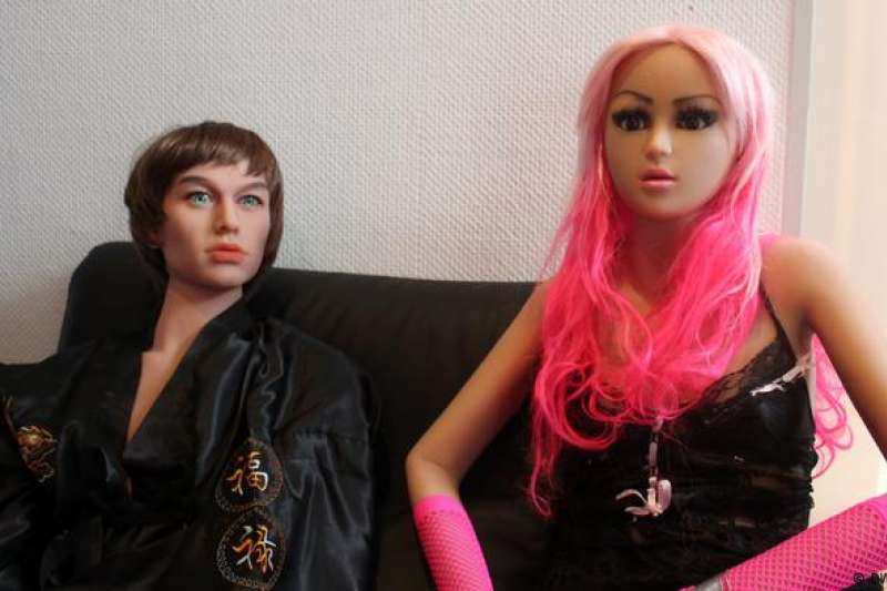 這家妓院也有男性性愛娃娃Diego (左)供選用。(德國之聲)