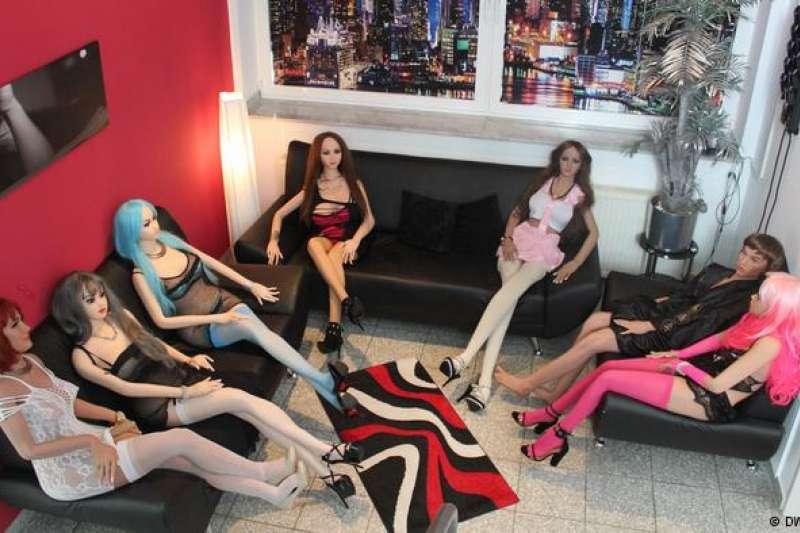 顧客可以坐下來隨意挑選中意的性愛娃娃。(德國之聲)