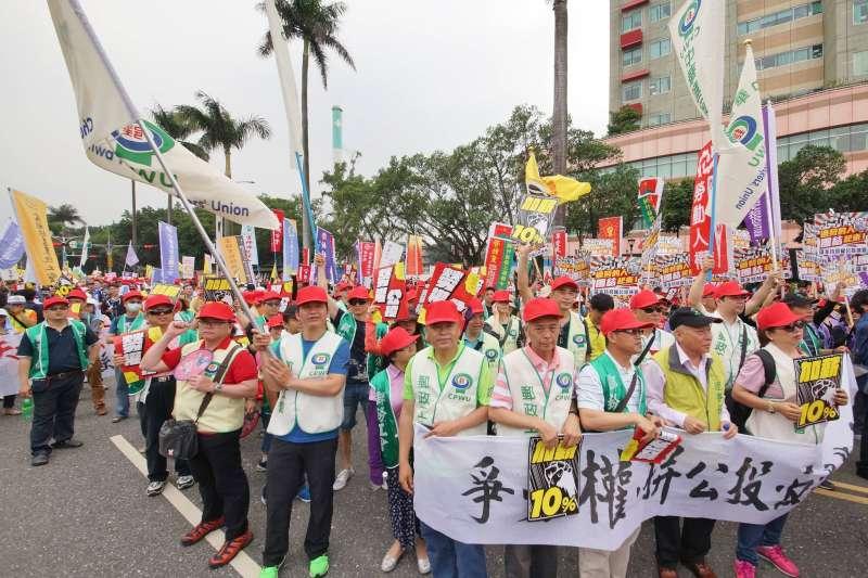 20180501-五一勞工大遊行,民眾於台北車站周邊繞行。(盧逸峰攝)