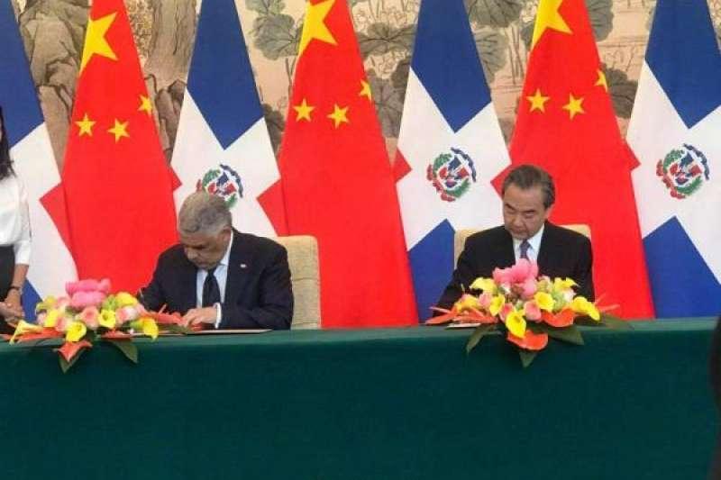 中國國務委員兼外交部長王毅5月1日在北京與多明尼加外長巴爾加斯簽署《中華人民共和國和多米尼加共和國關於建立外交關係的聯合公報》。