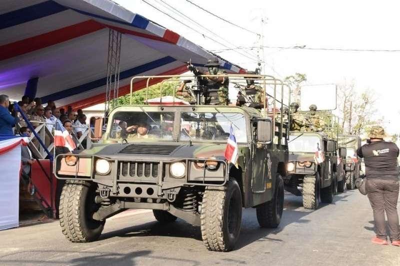 我國捐贈的悍馬車在2018年多明尼加國慶閱兵中亮相。(多明尼加國防部臉書)