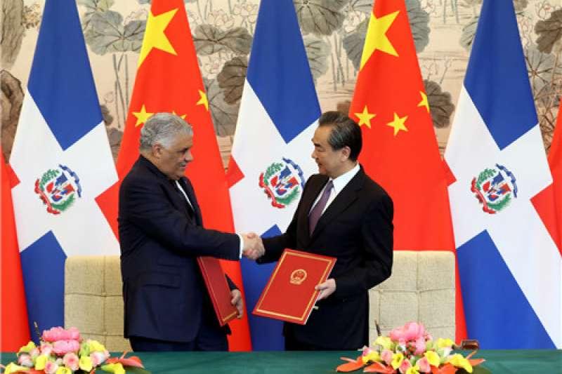 多明尼加宣布斷交後與中國建交,我國邦交國只剩19個。作者認為,九二共識是維繫兩岸關係的基石, 「承認九二共識就能維持邦交國,不承認九二共識就沒有邦交國」圖為中國國務委員兼外交部長王毅與多明尼加外長巴爾加斯。(AP)