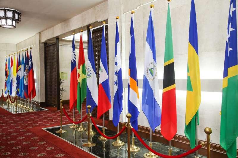 20180501-外交部入門大廳邦交國國旗呈列。(陳明仁攝)