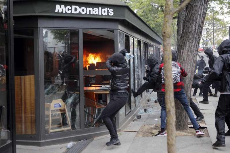 法國巴黎五一勞動節遊行:無政府主義分子「黑衫軍」對1家麥當勞縱火(AP)