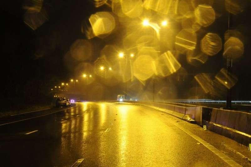 2015年12月25日,聖誕節傍晚,英國威爾士四號高速公路上發生一起重大交通事故。(BBC中文網)